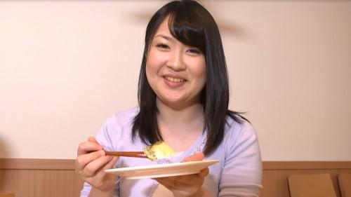 大葉味噌田楽を食べるあすかさん